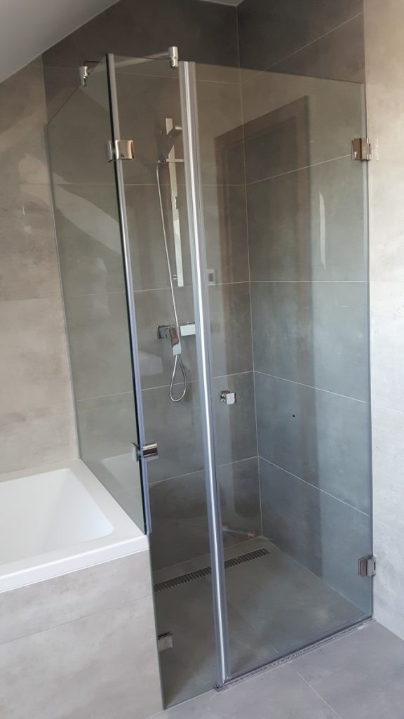 Úžasné skleněné sprchové kouty vhodné do pokroví